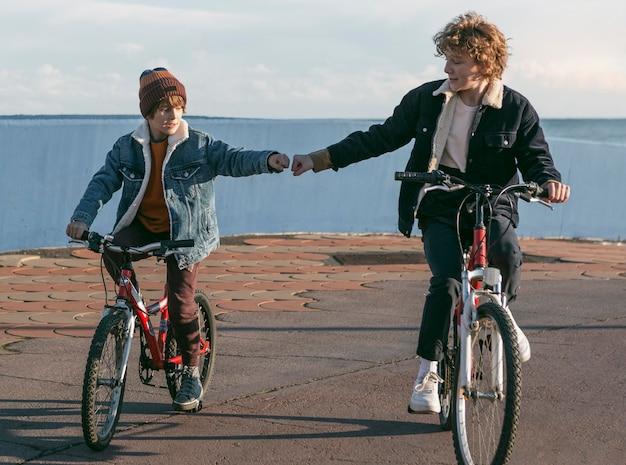 자전거에 야외에서 자식 친구의 전면보기