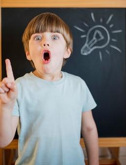 Вид спереди ребенка с идеей
