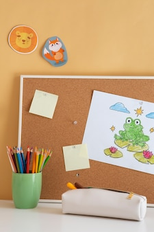Детский стол с доской и липкими заметками, вид спереди