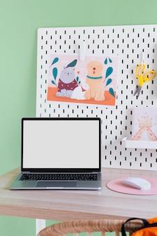 ノートパソコンを備えた子供用デスクの正面図