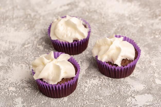 白い表面にクリームとチョコレートブラウニーの正面図
