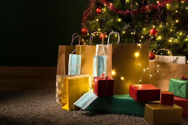 Вид спереди рождественских подарков с маской для лица