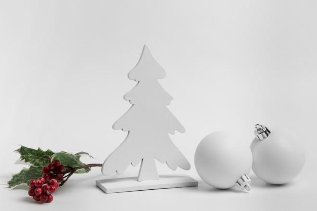 싸구려와 트리 크리스마스 장식품의 전면보기