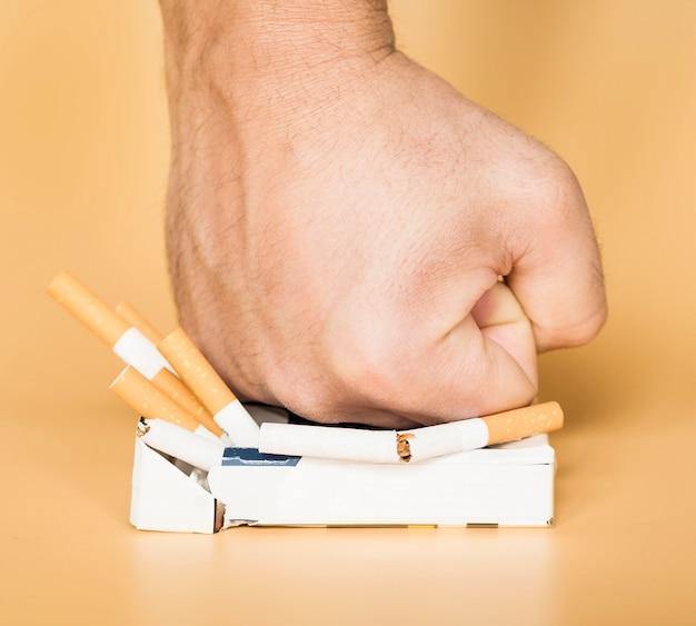 タバコの悪い習慣の概念の正面図
