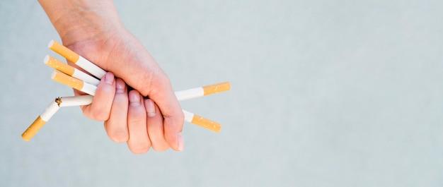 Вид спереди сигареты концепции плохой привычки