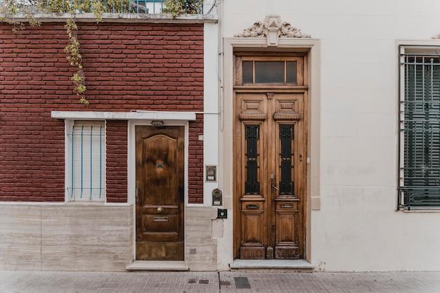 都市の建物のドアの正面図