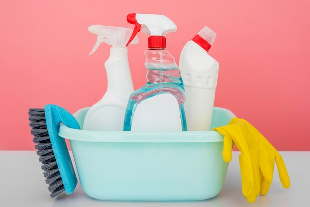 Вид спереди чистящих растворов в ведре с перчаткой и щеткой