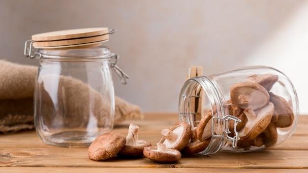 Вид спереди прозрачных банок с грибами