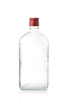 Вид спереди прозрачной квадратной бутылки с красной крышкой, изолированной на белой поверхности