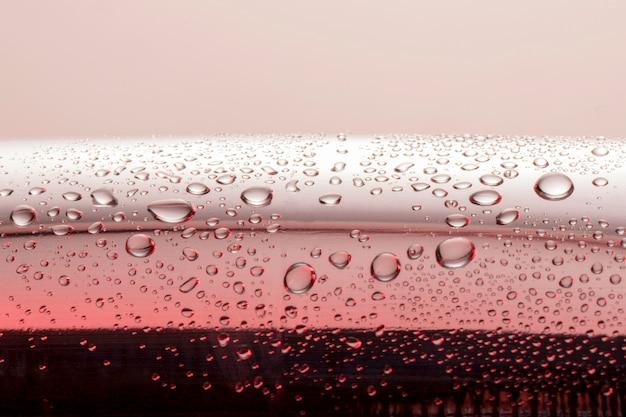 表面の澄んだ水滴の正面図