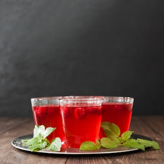 Вид спереди коктейльных бокалов с мятой