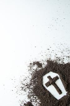 Вид спереди формы гроба с белой поверхностью коричневой почвы