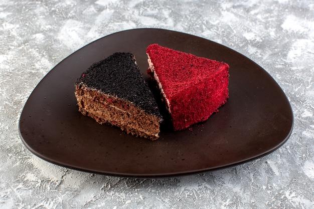 茶色のプレート内の色のケーキスライスチョコレートとフルーツケーキの正面図