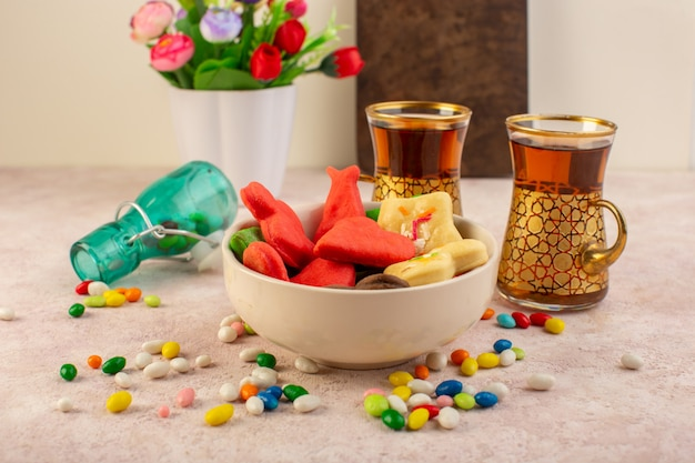 Вид спереди красочные вкусные печенья разные сформированные внутри пластины с конфетами