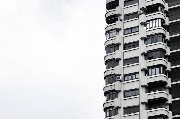 복사 공간 도시에있는 콘크리트 건물의 전면보기