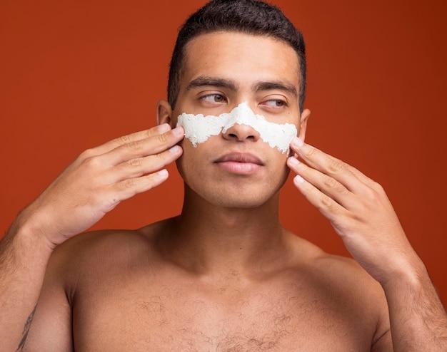 フェイスマスクをつけた自信のある男性の正面図