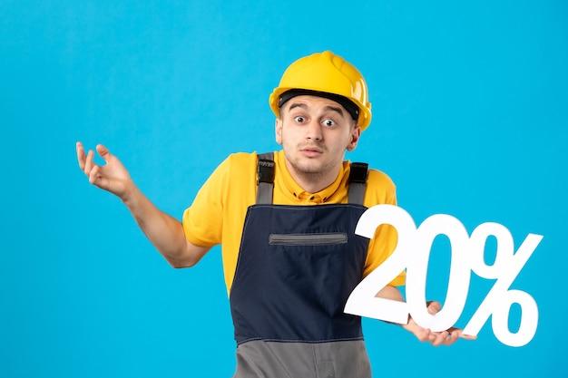 파란색 표면에 쓰는 유니폼에 혼란 스 러 워 남성 노동자의 전면보기
