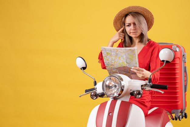 지도 들고 큰 가방으로 오토바이에 혼란 스 러 워 예쁜 여자의 전면보기