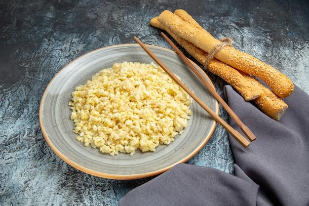 明るい表面にパンと調理されたパール大麦の正面図