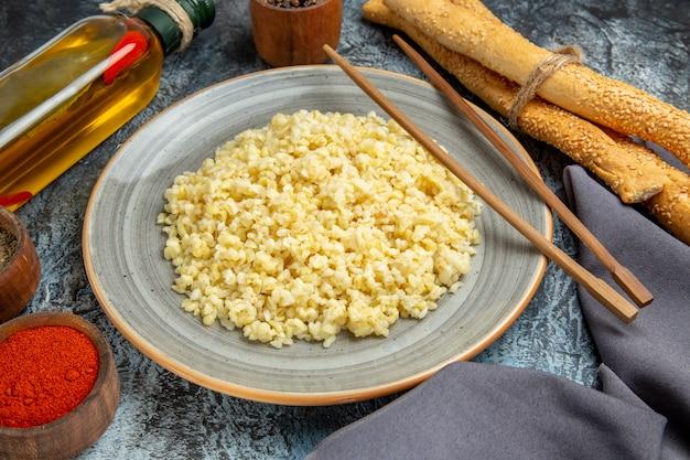 明るい表面に調味料を加えた調理済みパール大麦の正面図
