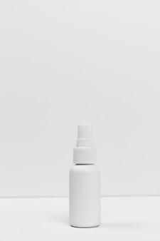 Вид спереди косметической бутылки с копией пространства
