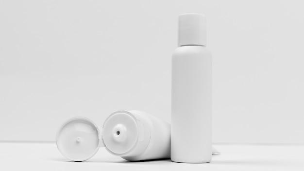 コピースペースのある化粧品の正面図