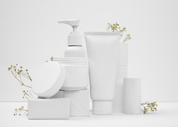 Вид спереди косметических продуктов с копией пространства