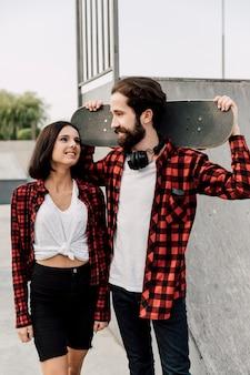 スケートパークでのカップルの正面図