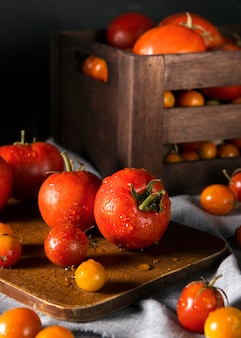 가 토마토와 상자의 전면보기