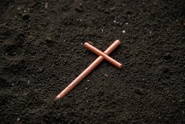 Крест на почве, вид спереди