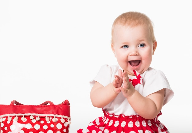 Вид спереди милый ребенок с широко открытым ртом смотрит в сторону и аплодирует.