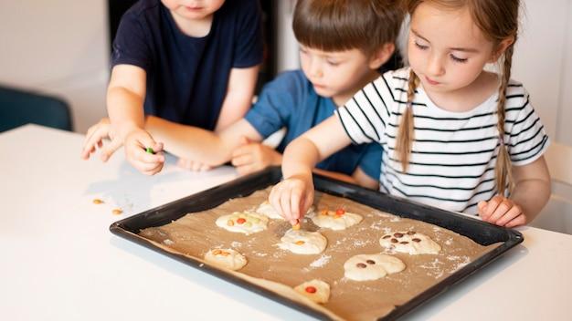 自宅で調理するかわいい家族の正面図