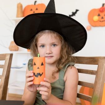 Вид спереди милой девушки с концепцией хэллоуина