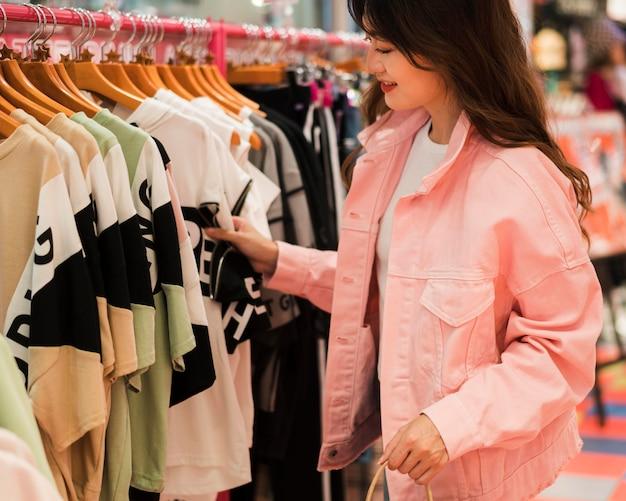 ショッピングでかわいい日本人の女の子の正面図