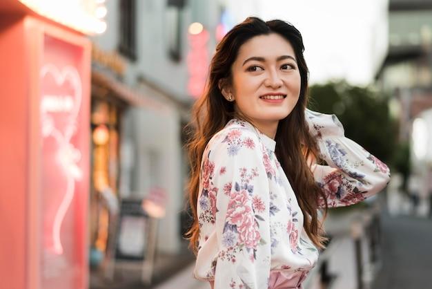 東京でかわいい日本人の女の子の正面図