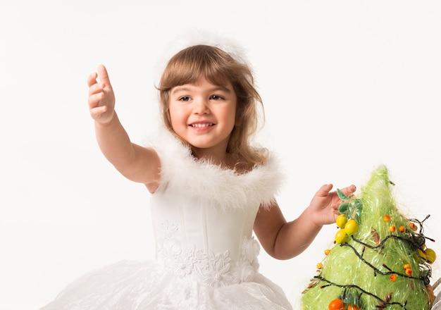 인공 소나무에 화환과 과일을 넣어 귀여운 아이의 전면 모습.