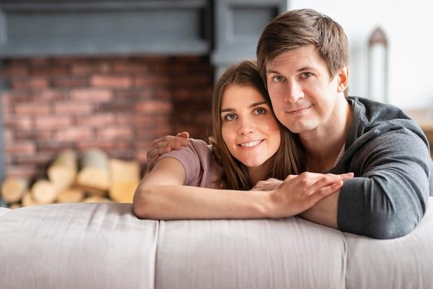 Вид спереди милые прекрасные пары