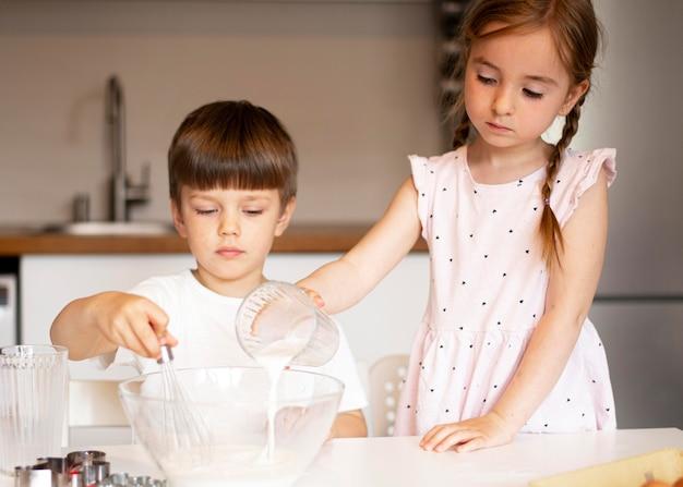 家で料理しているかわいい兄弟の正面図