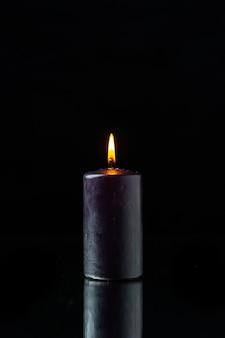 暗い表面の暗いキャンドル照明の正面図