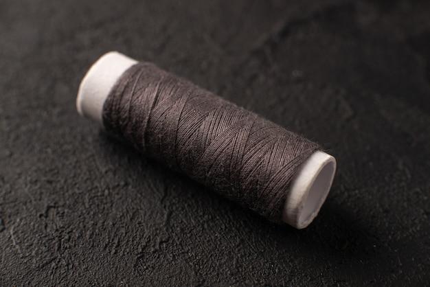 暗い表面の暗い糸の正面図