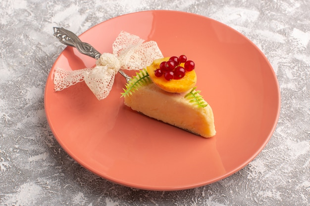 明るい表面に桃のプレートの中にアプリコットのあるおいしいケーキスライスの正面図