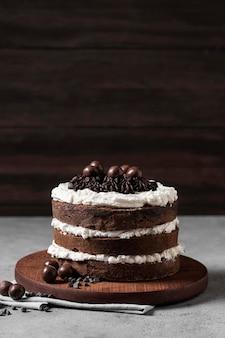 Вид спереди вкусного торта с копией пространства