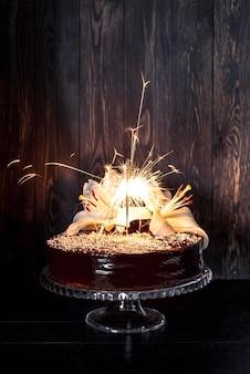 릴리와 함께 맛있는 케이크의 전면보기 무료 사진