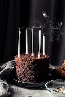 초를 가진 맛있는 초콜릿 케이크의 전면보기
