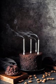 キャンドルとおいしいチョコレートケーキの正面図