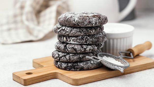 Вид спереди вкусного шоколадного печенья