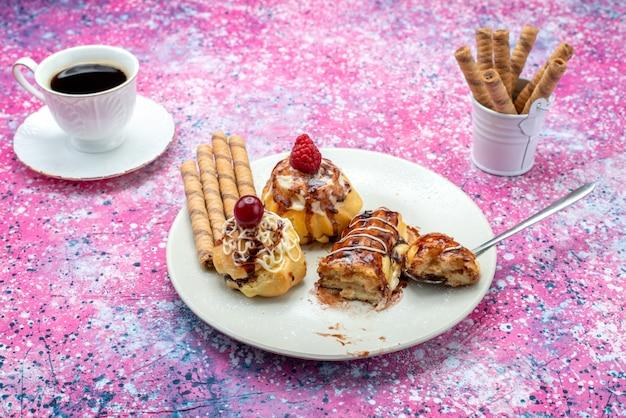 コーヒーと一緒に白いプレート内にクリームとチョコレートのおいしいフルーティーなケーキの正面図