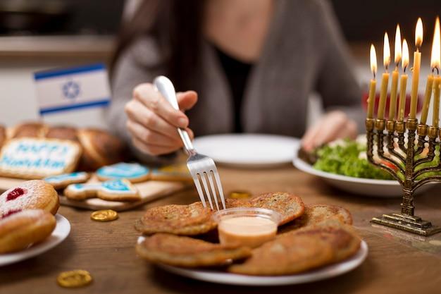 Вид спереди вкусной ханукальной еды