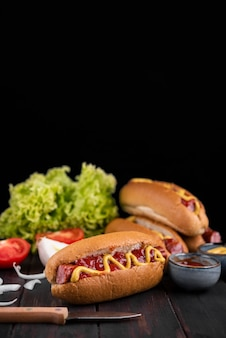 Вид спереди вкусных хот-догов с кетчупом и горчицей