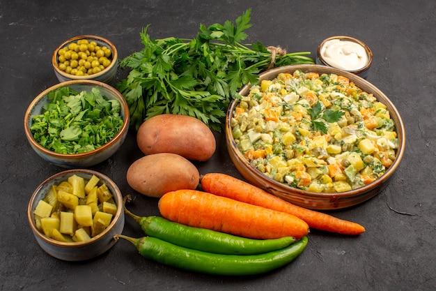 어두운 표면에 신선한 야채와 함께 맛있는 샐러드의 전면보기